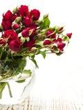 红色玫瑰花瓶 免版税库存照片