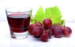 红色玫瑰葡萄和玻璃杯子 免版税库存图片