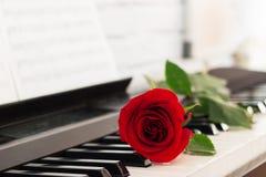 红色玫瑰钢琴锁上浪漫背景 免版税库存照片