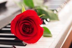 红色玫瑰钢琴锁上浪漫背景 免版税图库摄影