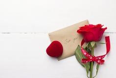 红色玫瑰,爱消息,有圆环的小箱 免版税图库摄影