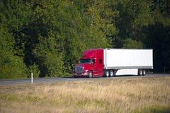 红色现代半卡车和拖车夏天高方式 库存照片