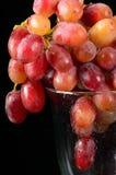 红色玻璃的葡萄 免版税库存照片