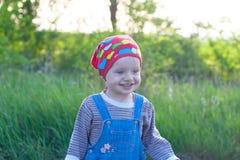 红色班丹纳花绸的画象愉快的微笑孩子 免版税图库摄影