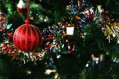 红色球和绿色树圣诞节快乐新年 库存图片