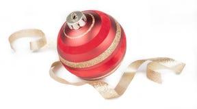 红色球圣诞节装饰品,在白色的金丝带 免版税图库摄影