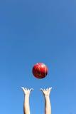 红色球throuwn在天空中 免版税图库摄影