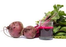 红色甜菜新鲜的汁液在白色的 库存图片