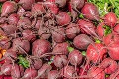 红色甜菜显示在市场上 免版税库存图片