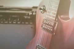 红色电吉他和经典放大器在灰色背景 免版税图库摄影