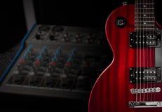红色电吉他和经典放大器在黑暗的背景 免版税图库摄影
