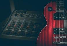 红色电吉他和经典放大器在黑暗的背景 免版税库存照片
