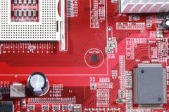 红色电子线路板特写镜头与处理器的 库存照片