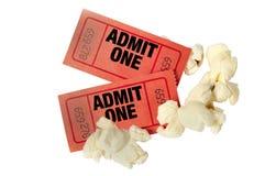 红色电影票和玉米花接近  免版税图库摄影