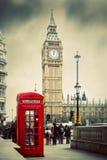 红色电话亭和大本钟在伦敦,英国。 免版税库存图片