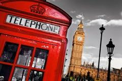 红色电话亭和大本钟在伦敦 免版税库存照片