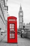 红色电话亭和大本钟在伦敦 免版税库存图片
