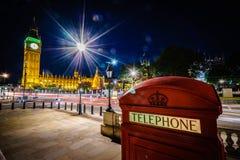 红色电话亭和大本钟在晚上 免版税图库摄影