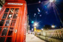 红色电话亭和大本钟在晚上 库存图片