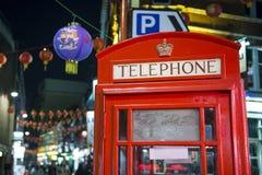 红色电话亭在唐人街 免版税图库摄影