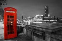 红色电话亭泰晤士,夜场面 免版税库存图片