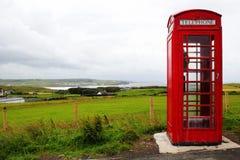红色电话客舱在爱尔兰的乡下 库存图片