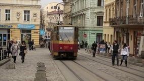红色电车和人在集市广场附近在利沃夫州,西乌克兰 影视素材