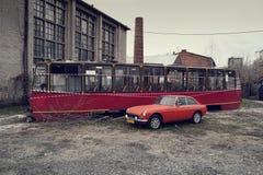 红色电车和经典英国MG 免版税库存图片