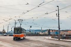 红色电车在老镇去在布拉格 布拉格` s主要公共交通工具操作员是加州 库存图片