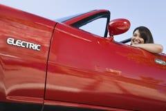 红色电车的微笑的妇女 免版税库存图片