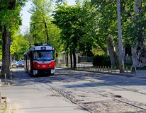 红色电车通过城市的街道乘坐 库存照片
