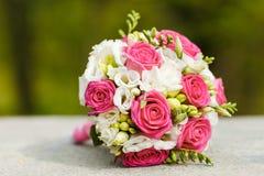 红色白玫瑰婚礼花束 库存照片