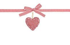 红色白色丝带在小条、弓和方格的心脏 库存图片