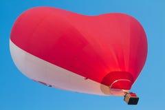 红色白色心形的热空气气球飞行 免版税图库摄影