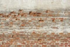 红色白色有损坏的膏药的葡萄酒砖被绘的墙壁 库存图片
