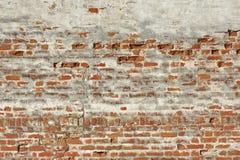 红色白色有损坏的膏药的葡萄酒砖被绘的墙壁 库存照片