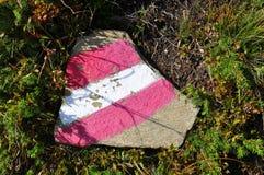 红色白色红色供徒步旅行的小道签到奥地利 免版税库存照片