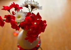 红色白花木背景 库存照片