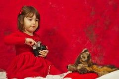 红色的一个女孩使用葡萄酒照片照相机 免版税图库摄影