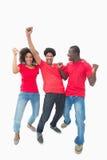 红色的一起欢呼的足球迷 免版税库存图片