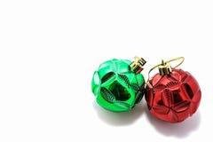 红色的圣诞节和被隔绝的绿色球 库存图片
