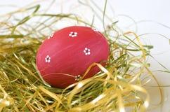 红色的复活节彩蛋被绘 免版税库存图片