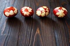 红色的复活节彩蛋 与拷贝空间,文本的自由空间的明信片概念 库存照片