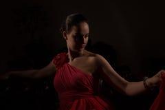 红色的夫人在一个暗室 库存照片