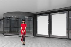 红色的妇女在购物中心附近 免版税库存图片