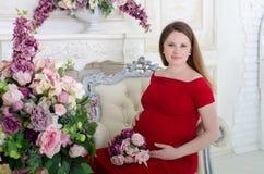 红色的孕妇 免版税库存图片