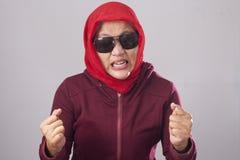 红色的恼怒的回教夫人 免版税库存照片