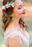 红色的秀丽的新娘缠绕闭上站立她的眼睛外面 免版税库存照片