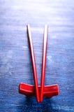 红色的筷子 免版税库存照片