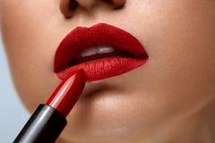 红色的嘴唇 妇女与明亮的唇膏的秀丽面孔特写镜头  免版税图库摄影